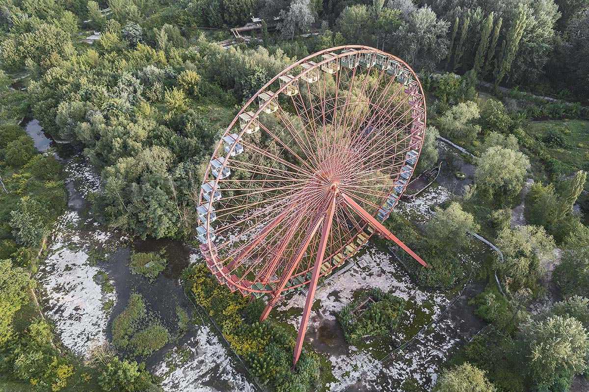 it was a pleasure #93, germany, 2017 (the spreepark in berlin was closed in 2001 after the owner ran into financial problems and fled to peru. He tried to smuggel 167kg of cocaine in a mast of his rides and ended in jail)